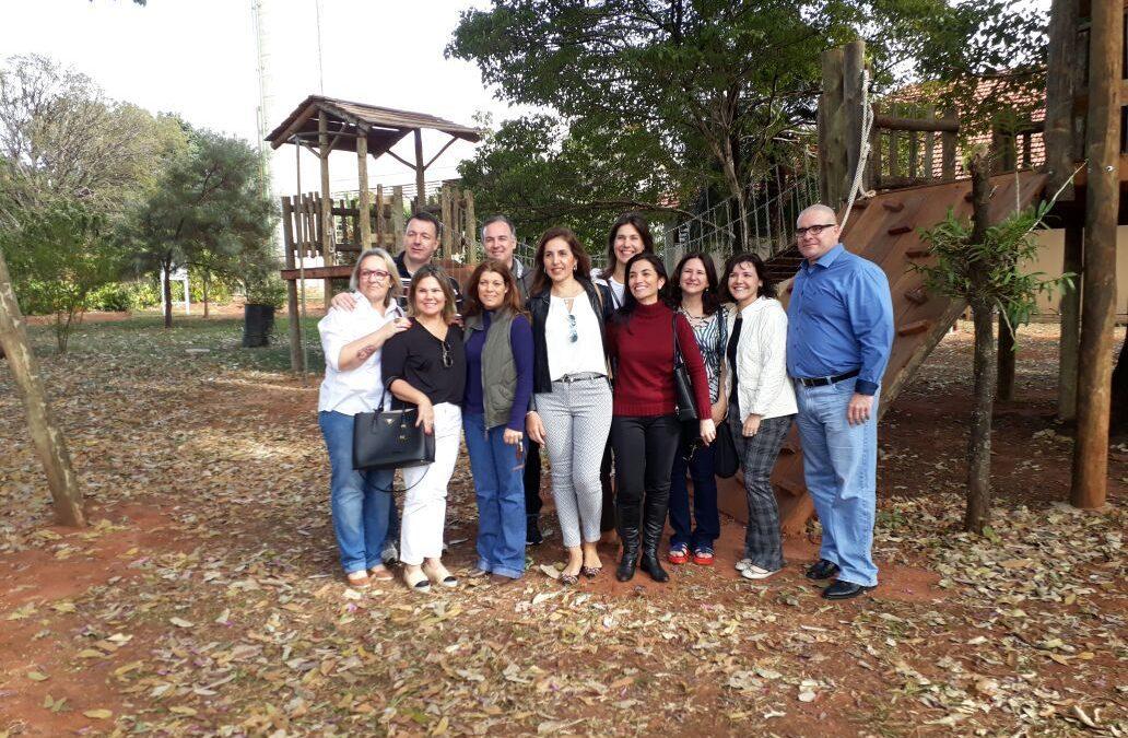 Grupo de ex-alunos visita o colégio