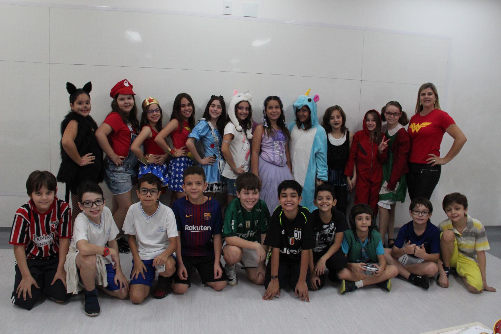 4600f518c3 ... vieram fantasiadas para a escola, em um dia especial para comemorar a  Semana da Criança, foi realizado um desfile de fantasias na quadra do EFI.